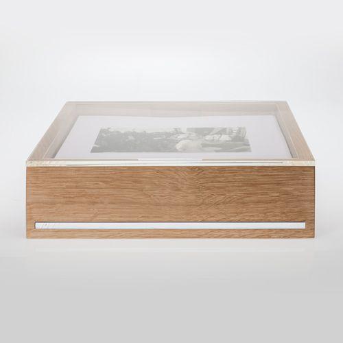 Album Oak. Contenitore realizzato in rovere naturale, con inserita all'interno una lastra di plexiglas di 1 cm di spessore che sorregge i cartoncini.