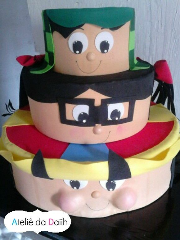 Lindo bolo da Turma do Chaves, vai deixar sua festa ainda mais única e divertida.    Feito em E.V.A vem com os 3 mais famosos personagens do desenho.    Tamanho: 30cm de Altura    INFORME A DATA DA FESTA