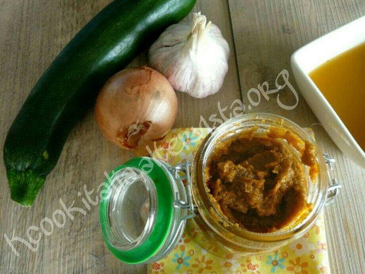 Dado vegetale, si conserva in barattolo in frigorifero per diversa settimane Dado vegetale Ingredienti 2 carote 1 Zucchine 1 Cipolla 1 spicchio D'aglio 2 p