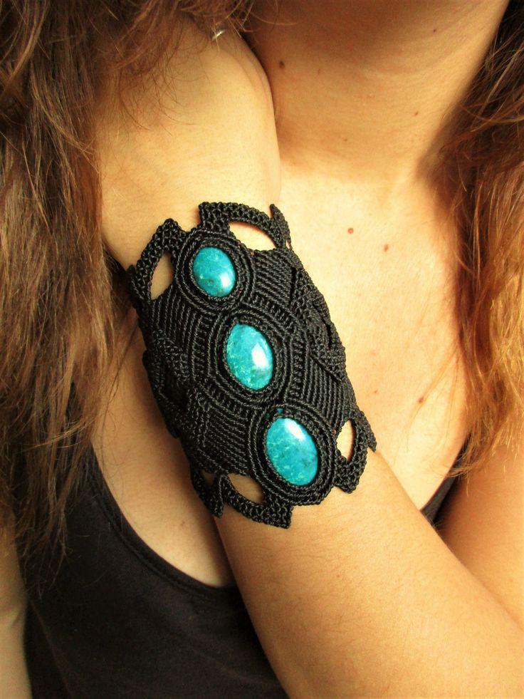 Bracelet manchette large création en macramé noir avec trois pierres cabochons Chrysocolle Turquoise. Fait Main en France. : Bracelet par papachocreations