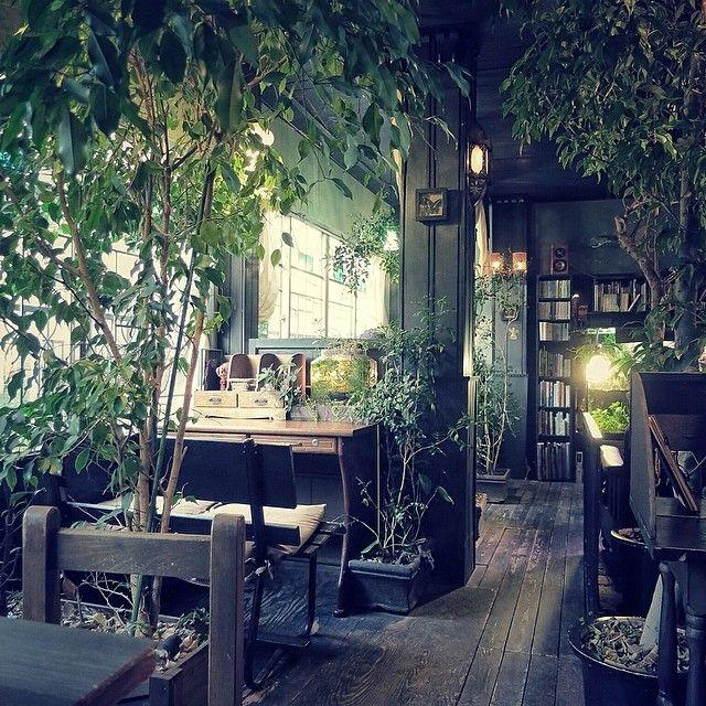 アール座読書館 R-Za Dokushokan / Koenji, Tokyo 静かです。ひたすら静かです。 聞こえてくるのは、微かなBGMと熱帯魚が泳ぐ水槽の水音だけ。パソコンでキーボードを打つのも、iPodで音楽を聴くのも音漏れがしそうで、はばかられるくらい…。 だけど、ムチャクチャ好きですね。読書と孤独を愛する人たちだけがやってくる、何だか秘密めいたこの空間… . by urbanscape