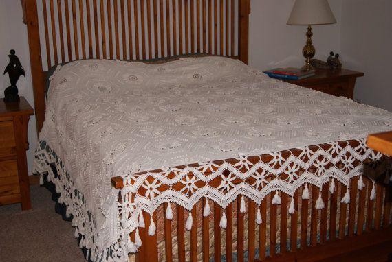 Items similar to Antique magnifique bonneterie couvre-lit, bordure supplémentaire Rose jacquard, glands, on Etsy