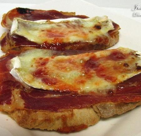 Tostada de jamón serrano, queso brie y mermelada de tomate.