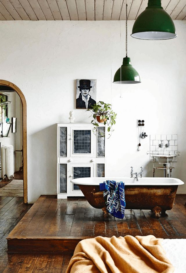 What once was a leather factory is now a super cool home with a kitchen to die for! Everything I love from painted bricks to industrial lighting, some amazing vintage pieces and lets not forget an abundance of stunning art pieces! Look at this beautiful bathroom! #industrial #interior #decor #vintagebathrooms