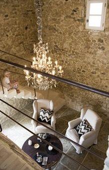 Lustre à pampilles vu de la mezzanine. Les Artisans du Lustre sont à votre disposition pour la réalisation sur mesure de lustre et luminaire de luxe www.i-lustres.com #luxurychandelier #lustre #chandelier #crystalchandelier #handmadechandelier
