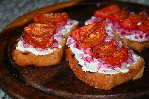 Брускетта с творожным сыром и запечёными помидорами