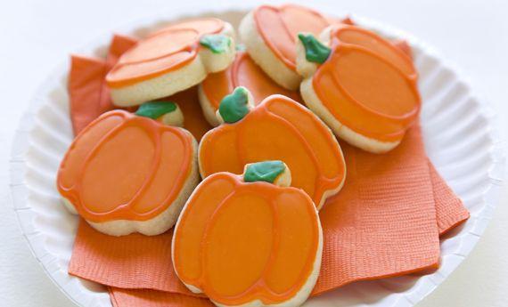 Biscotti di Halloween a forma di zucca, la ricetta per i più piccoli | I dolcetti di Paola