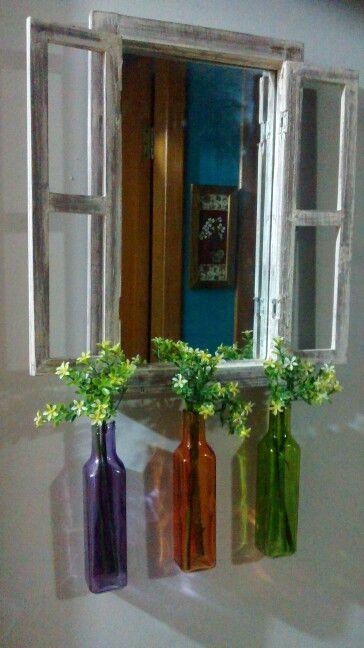 Janela, espelho e vasos coloridos