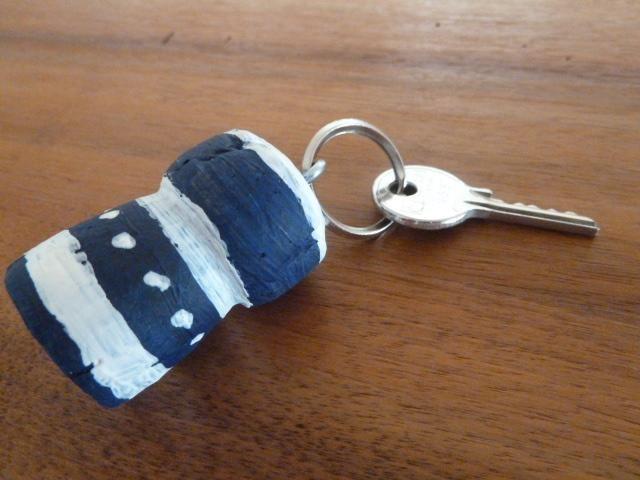 Schlüsselanhänger aus Korken. Bei http://de.paperblog.com/recycling-basteln-schlusselanhager-aus-korken-760926/