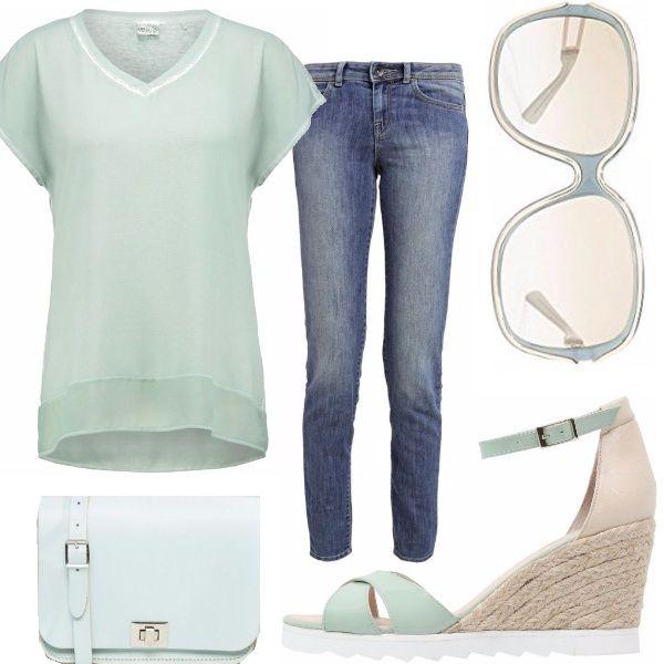 Outfit per tutti i giorni, jeans skinny, t-shirt morbida verde menta, come la tracollina, zeppa bicolore menta-nude con para di gomma bianca che la rende ultra comoda. Occhiale in pendant.