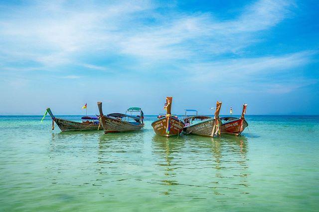 När det är grått och tråkigt ute behövs det lite färg i livet. Bilden är från min semester på Thailand. #thailand #longtailboat #blueocean #colorsplash_of_our_world #thai #fotograf #artphoto