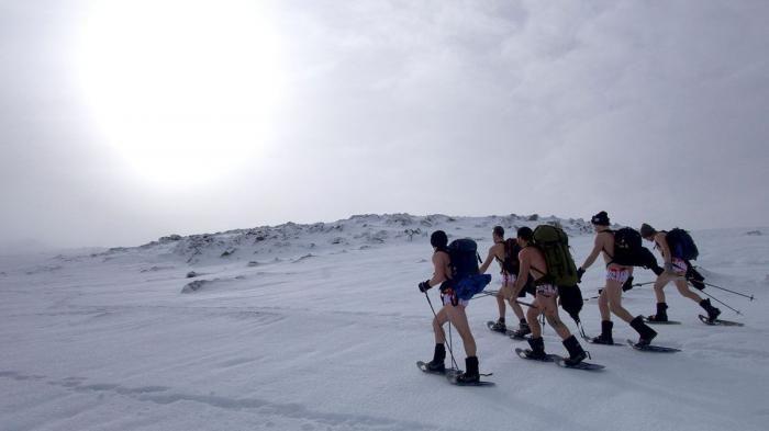 Gila! Cuma Pakai Kolor, 5 Pria Ini Taklukkan Gunung Tertinggi di Australia