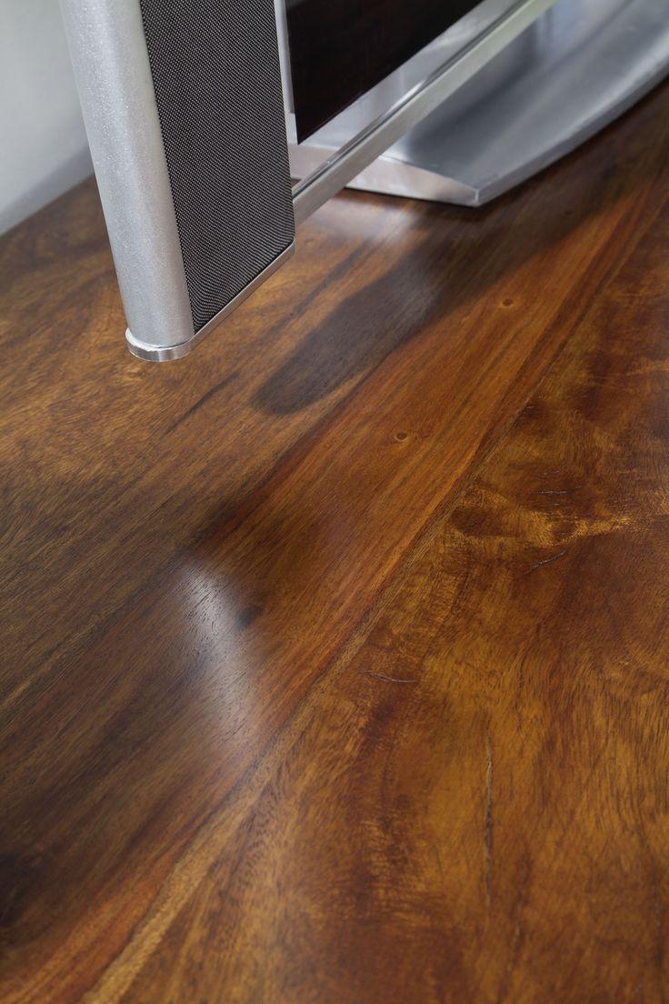 Detail eines Lowboards der Serie METRO LIFE aus Palisanderholz. Die wunderschöne Maserung ist matt lackiert, das Design in schlichten Formen gehalten – hier ist eine Wohlfühl-Atmosphäre garantiert! #möbel #wohnzimmer #holz #echtholz #massivholz #wood #wooddesign #woodwork #homeinterior #interiordesign #homedecor #decor #einrichtung #furniture #livingroom #livingroomideas #ideas #modern #sheesham #palisander #lowboard #tv #tvboard #fernsehboard #fernsehmöbel #massivmoebel24
