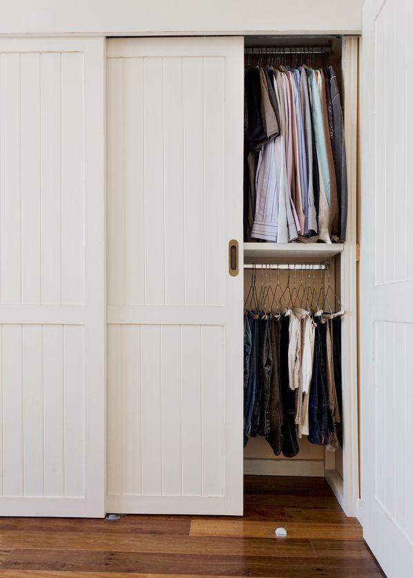 ¿Buscas un armario al mejor precio y con la calidad de un experto en madera? Encuéntralo en Maderas y Chapas. Armarios esquineros, armarios empotrados, interiores de armarios, armarios de madera, armarios con puertas correderas... Tú decides.