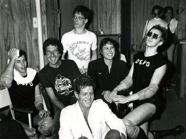 LOS ANGELES januari januari 1978 Leonard Cohen David Blue Mark Mothersbaugh van Devo en Martine Getty heeft Devo lid backstage bij The Starwood in Los ...