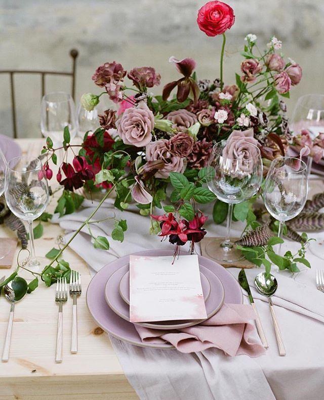 From @josevillaworkshops   Photo @kobybrown __ Host @josevilla Planning & Design @duetweddings Floral design @nicamille Floral assistant @lamusadelasflores Stationery @ambermoondesign Table tops @casadeperrin Linens @latavolalinen __
