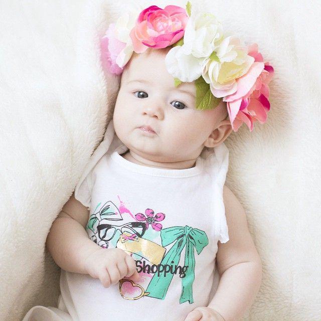 Petite séance photo de ma Mila ! #FlowerPower 😃 🌸 Courronne fleurs : @Primark 🌸 Tshirt : #Orchestra #babygirl #baby #itsallaboutbaby #babyclothe #babylook #ootdbaby #instababy #instakids #cute #doll #instacutie #babyhaul #cutebabies #cutebabyclub #fashionminis #babyfashion #babystyle
