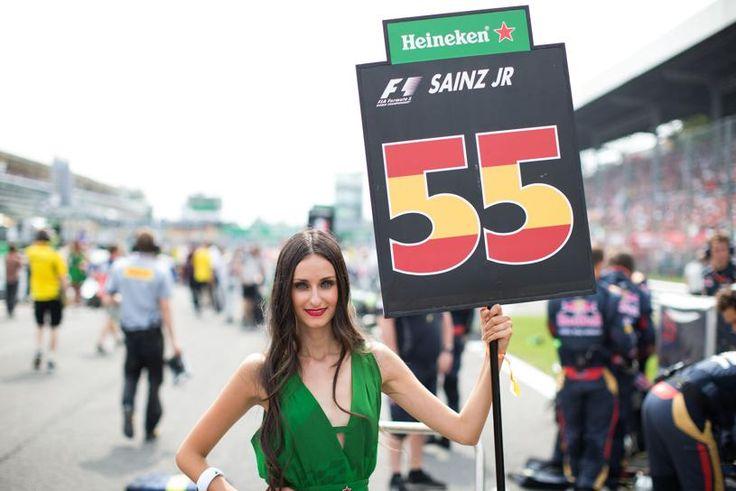 Una azafata sujeta el cartel de Carlos Sainz de Toro Rosso en el circuito de Monza.