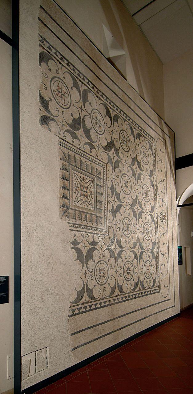 LA DOMUS DI VIA SAN ROCCHINO Nei primi anni '60 venne trovata una grande abitazione di epoca romana a nord del colle Cidneo. Individuati numerosi ambienti, senza dubbio la parte costruita nella seconda metà del II sec. d.C. è la più ricca e con mosaici di alta qualità. Tra questi, il grande mosaico con decorazioni a pelte e rosette, riconoscibile al momento del rinvenimento e ora esposto all'interno del Museo di Santa Giulia. Vi aspettiamo!