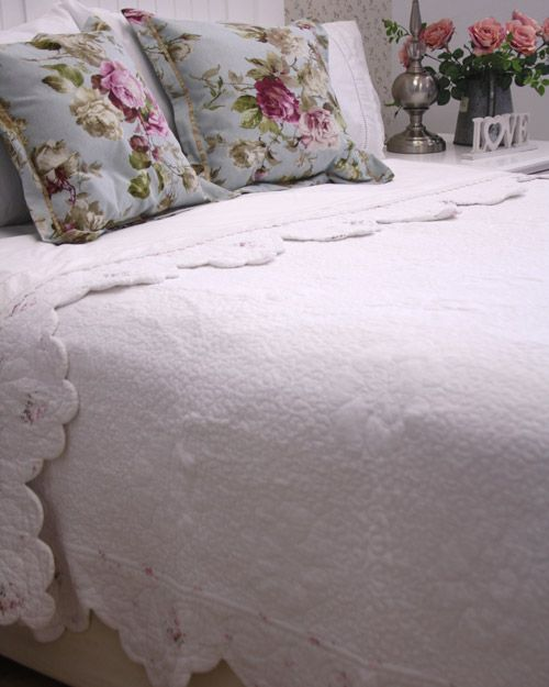 White quilt pink border - scalloped all the way around – All cotton, including the fill  Available in the following sizes:  Single or 3/4 180cm x 250cm  Double or Queen 230cm x 260cm  Queen or King 260cm x 250cm  Super King 280cm x 260cm