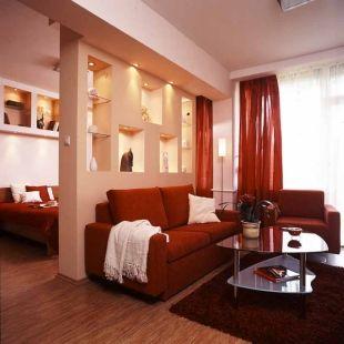 Válaszfal helyett kétoldalas gipszkarton polc szeparálja a nappali és a háló részt - Nyaraló, apartman, Zamárdi 1. kép