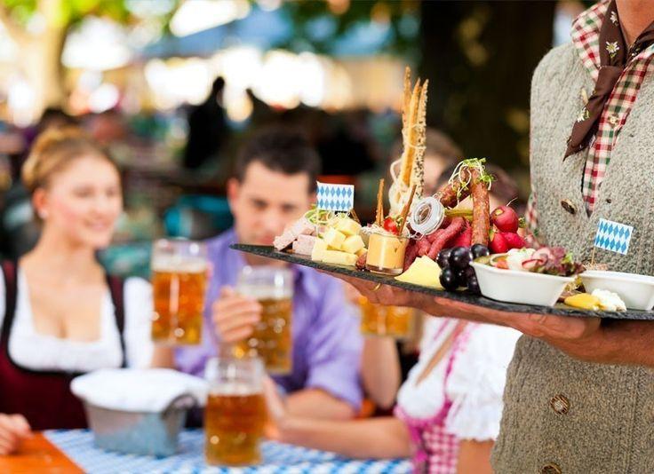 Oktoberfest en Munich, Alemania -es el mayor parque de atracciones en el mundo que tiene una duración de 16 días.