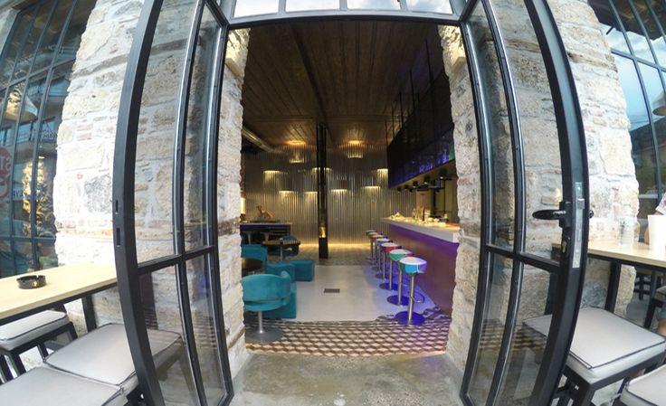 Σχεδιασμός, διακόσμηση και φωτισμοί, σε πέτρινο καφέ. Δείτε περισσότερα έργα μας στο  http://www.artease.gr/interior-design/emporikoi-xoroi/