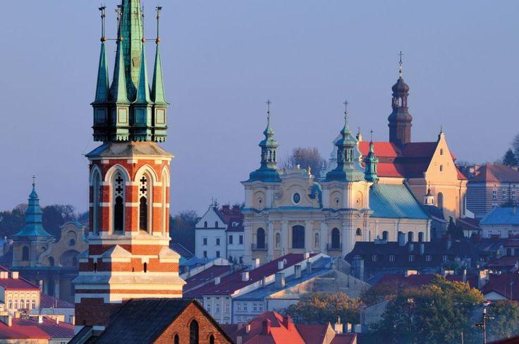 Przemyśl stare miasto. Szczególne miejsce w panoramie Przemyśla mają hełmy wież i sygnatur barokowych świątyń franciszkanów, jezuitów i karmelitów. Ich kontrapunktem jest neogotycka sylweta kościoła salezjanów. / wyd. Bosz