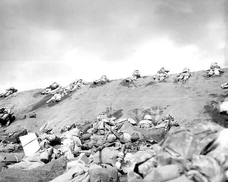 """Soldados de la quinta división del Cuerpo de Marines se agolpan en la """"playa roja"""" de Iwo Jima durante el desembarco en la isla."""