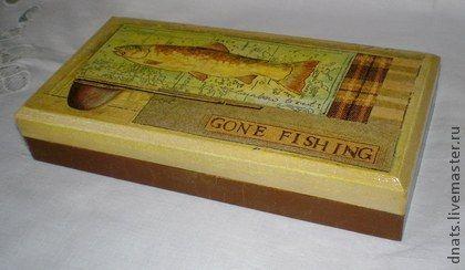 Купюрница ` Gone fishing  `. Деревянная купюрница выполнена в технике декупаж. Очень качественная высокая заготовка из липы  Искусственно состарена,станет оригинальным подарком  мужчине к любому празднику.   Закрывается на магнит  Уважаемые покупатели!
