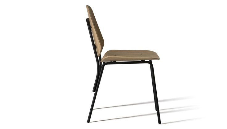 Una sedia versatile che riporta tra i banchi di scuola http://www.differentdesign.it/una-sedia-versatile-che-riporta-tra-i-banchi-di-scuola/ Una #sedia senza tempo ridisegnata in stile urbano.