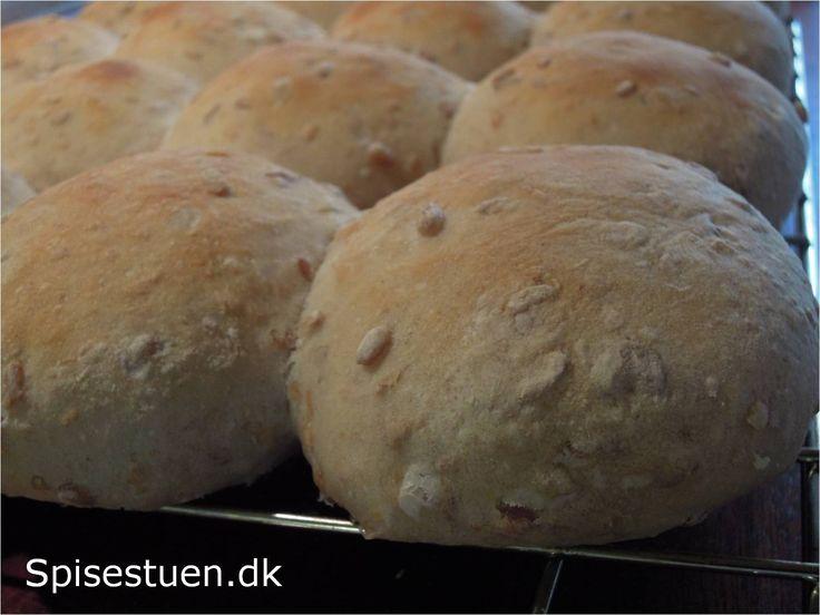 Lækre bløde grovboller med kerner og kærnemælk. Til madpakken, med ost, eller som her med nylavet lækkert blomme-æble syltetøj.