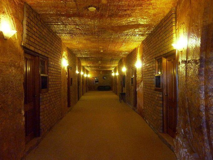 オーストラリア・クーバーピディの洞窟ホテル。Motel is underground, Coober Pedy, Australia.
