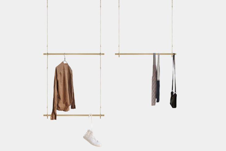 デザイン家具と小物を専門に扱うトリコが販売する、「チャンバー・オーケストラ」の「ポールと紐のコートハンガー」を紹介。 構成するのは丸棒とロープのみ。「チャンバー・オーケストラ」から発表された軽家具新シリーズのひとつで、とても軽いのも特長だ。