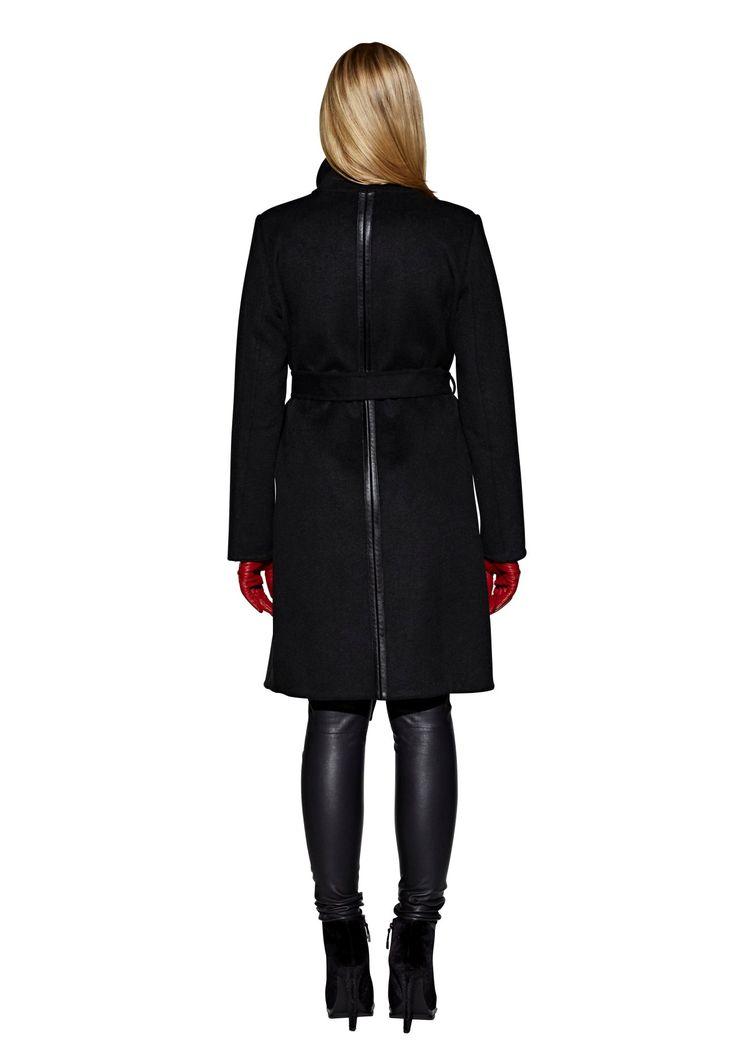 Extravaganter, schwarzer Damenmantel aus Doubleface Wollware in Wickelform. Besonderer Hingucker sind die Verzierungen mit Streifen aus Lederimitat auf den Schultern, an den Taschen und entlang der hinteren Mitte. Der hohe Kragen...