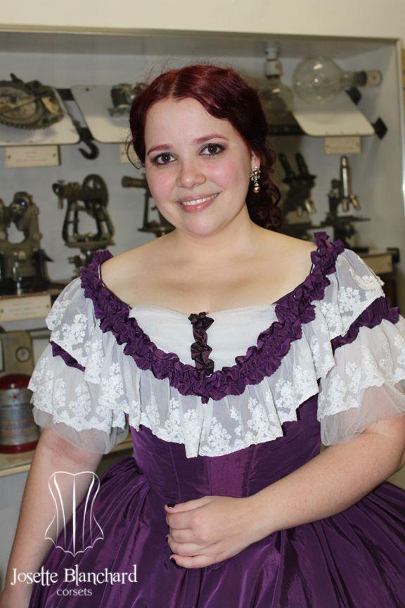 """Vestido """"Early Victorian"""" ( 1860 ) em tafetá violeta com rendas e babados. Era das crinolinas.  Underwear: Chemise e bloomer, corset midbust vitoriano ( 1860 ), crinolina em barbatana de aço rebitada e anáguas para crinolinas. Site: http://www.josetteblanchardcorsets.com/ Facebook: https://www.facebook.com/JosetteBlanchardCorsets/ Email: josetteblanchardcorsets@gmail.com josetteblanchardcorsets@hotmail.com"""