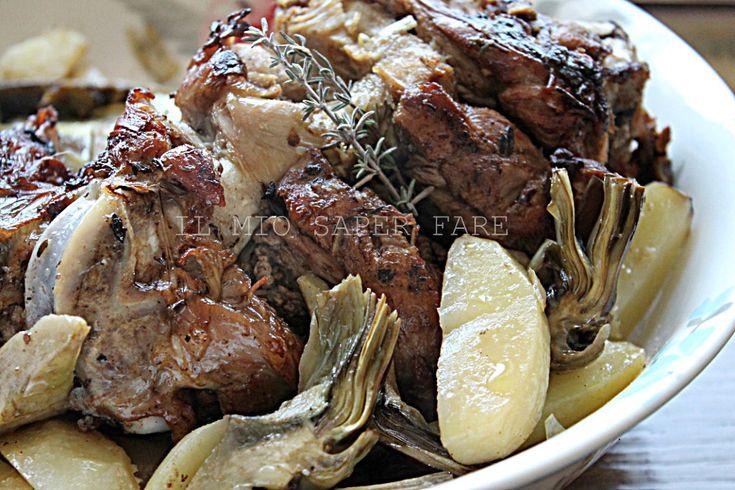 Agnello al forno per Pasqua con carciofi e patate. Un cosciotto intero cotto in forno. La carne risulta morbida, succosa e cotta uniformemente. Da provare!!