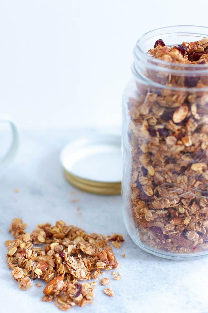 Follow my blog with Bloglovin Omnomnom, wat stond dit al lang op mijn to-make lijstje: home made knapperige granola. Met de nadruk op knapperig. Thomas had me al tig keer met puppie ogen gesmeekt om granola voor hem te maken en eindelijk was ik in de juiste bakingmood om ermee aan de slag te gaan. …