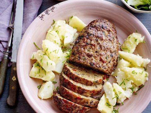 """Ja, dit is light! Van vleesbrood met krieken en puree naar vleesbrood met paprikasaus en peterselieaardappelen. Geen 564 kcal maar 515 kcal!   Diëtiste Nathalie Ameloot: """"Als je puur naar de calorieën kijkt, lijkt het alternatief niet zoveel beter als de klassieker. Maar de groenten in het gehaktbrood zijn absoluut een plus. Wil je ook het zout wat beperken, gebruik dan niet-gekruid gehakt en verse paprika's in plaats van paprika's uit bokaal voor de saus."""""""