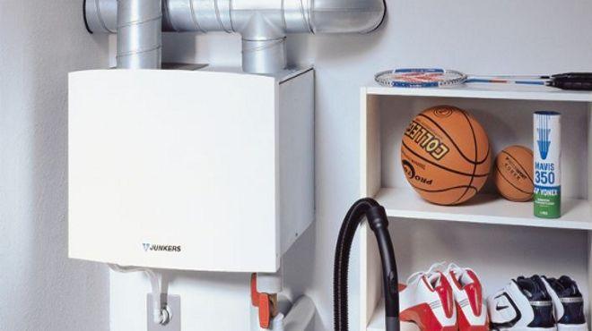 Wie eine Art umgekehrter Kühlschrank gewinnt eine Wärmepumpe kostenlose Umweltwärme aus Luft, Wasser oder Erdreich. Alles zu Varianten, Planung, Kosten und Förderung.