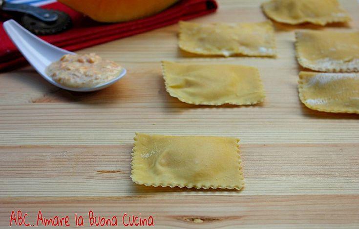 I Tortelli con Ripieno di Zucca e Ricotta sono deliziosi ravioli di pasta all'uovo con un ripieno di purea di zucca, ricotta e parmigiano. In ogni periodo
