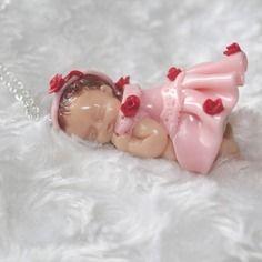 Collier sautoir bébé endormi petite robe rose en pâte polymère fimo