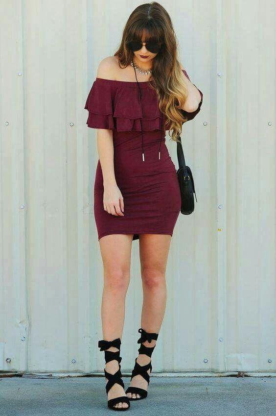 Vestido para salir.  Vestido color vino, sin hombros y zapatilla de agujetas