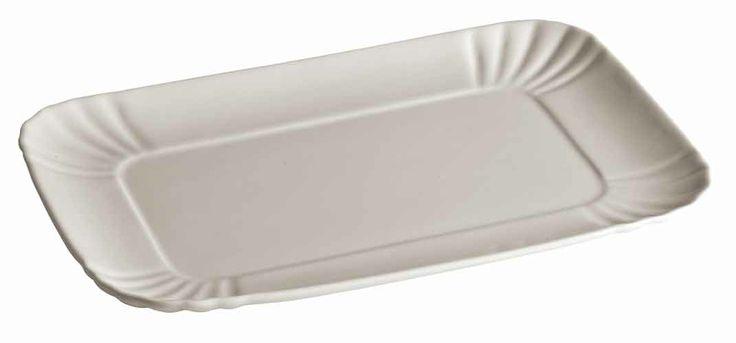 VASSOIO IN PORCELLANA Linea Estetico Quotidiano By Seletti. ESTETICO QUOTIDIANO è la linea di contenitori per alimenti e bevande realizzati riproducendo fedelmente le forme dei contenitori usa e getta in materiali duraturi, quali la porcellana e il vetro borosilicato. Compatibili con il forno a microonde e la lavastoviglie, i prodotti della linea ESTETICO QUOTIDIANO rappresentano un'occasione di rinnovo delle stoviglie quotidiane, un modo originale e divertente di servire in tavola.