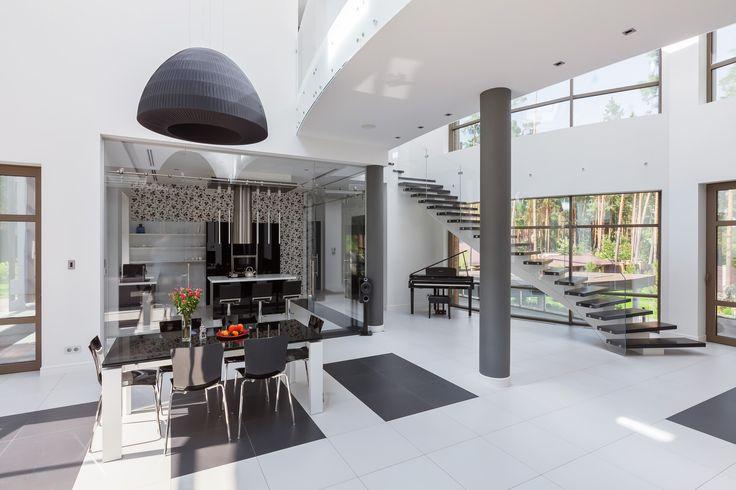 На полу расставлены декоративные акценты черного цвета, которые подчеркивают удачную, ладно спланированную планировку.