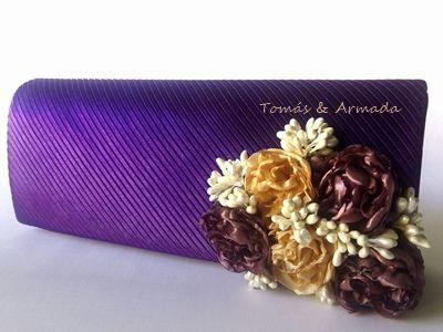 Bolso de raso morado con fantasía de flores realizadas a mano y pistilos color marfil .