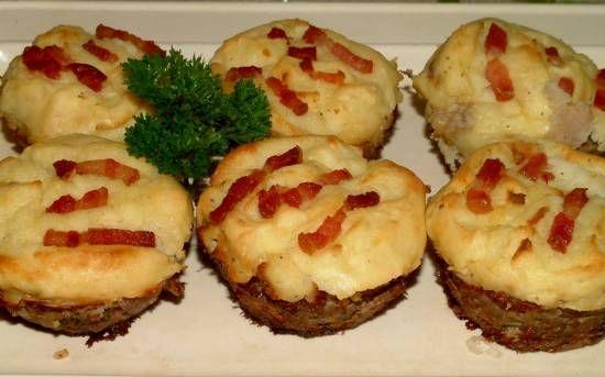 Hartige cupcakes met gehakt, aardappelpuree en spekjes