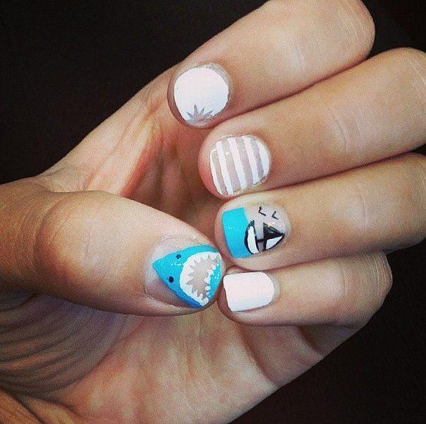 Uñas blancas decoradas con dibujos de barcos y tiburones - Uñas Pasión
