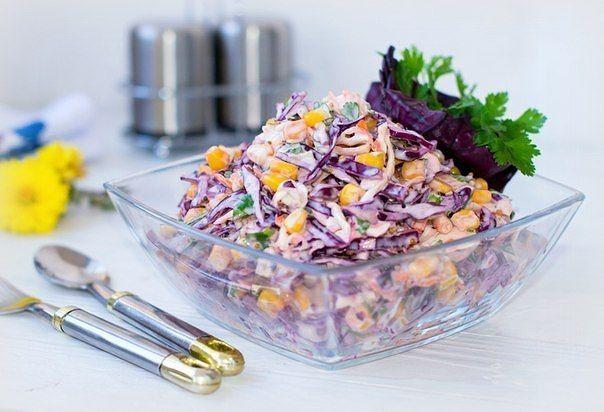 """Салат """"Коулсло""""  Ингредиенты 1 маленький кочан капуста краснокочанная 1 маленький кочан капуста белокочанная 2 шт. средние морковь 1 банка кукуруза (консервированная) 1 пучок петрушка 100 г йогурт (или сметана) 1 ст.л. уксус яблочный 3 ч.л. сахар 0,5 ч.л. соль 1 ст.л. горчица (дижонская) по вкусу перец черный (молотый)  Салат """"Коулсло"""" рецепт. Процесс приготовления  1 Коулсло - это салат на основе самого европейского овоща - капусты. Он невероятно популярен не только в Европе, но и в США…"""