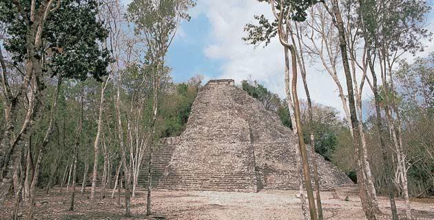 La zona arqueológica de Cobá . Situada en Quintana Roo, Cobá fue alguna vez una ciudad maya habitada por miles de personas en más de 6,500 edificios. ¡Atrévete a descubrirla!